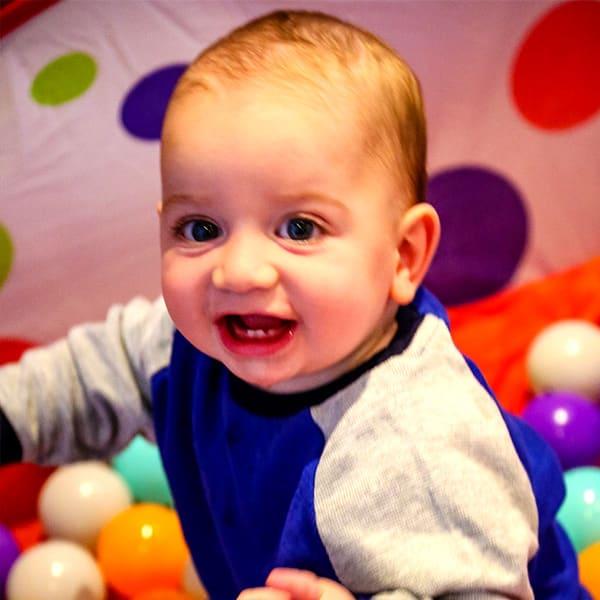 Enfant de 6 mois dans une piscine à boules