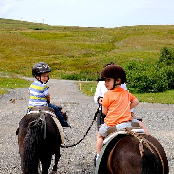 deux enfants de 4 ans à dos de cheval